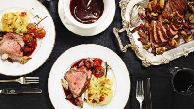 Helstekt rostas med rödvinssås, boeuf bourguignon-garnityr, bakade småtomater, potatis- och jordärtskocksgratäng