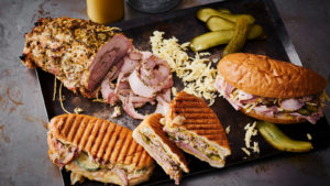Cuban sandwich med mojomarinerad porchetta på skinkinnanlår