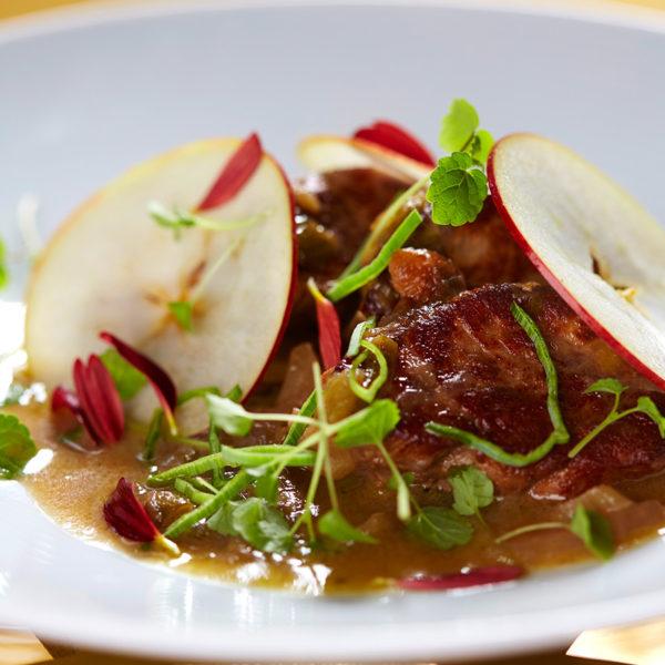 Fläskfilégryta med purjolök, fänkål och äpple