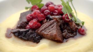 Tryckkokt oxkind med potatiscreme och rårörda lingon