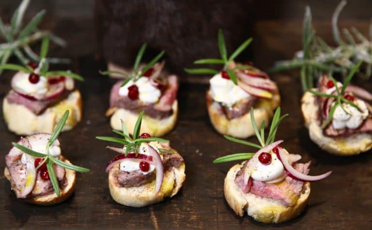 Pinchos med lammrostas, kräm på getost och julpicklad rödlök