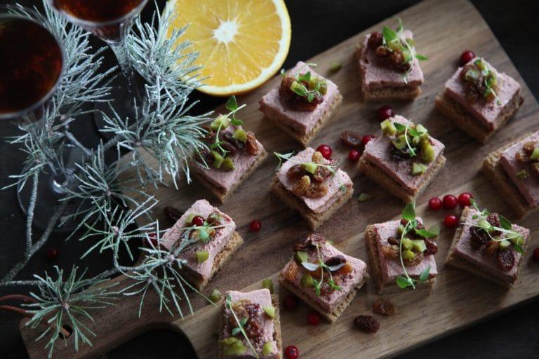 Smörstekt vörtbröd med leverpastej, romrussin och cornichons