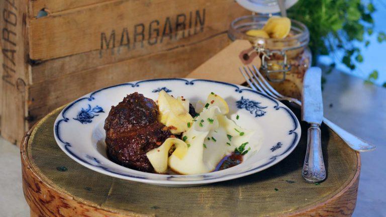 Rödvinsbrässerad ox- och griskind med tryffelpotatispuré och senapspicklad kålrot