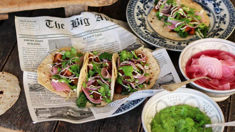 Taco med långbakad fläsksida, hembakt tortillabröd, kål och ärtgucamole