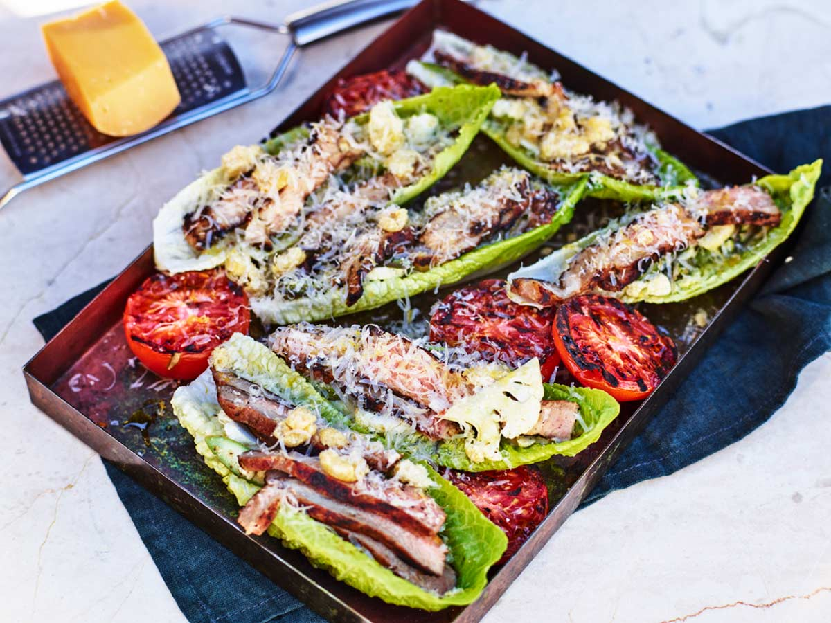 Jerkkryddad fläskkarré i salladsblad med grönsaker och ost