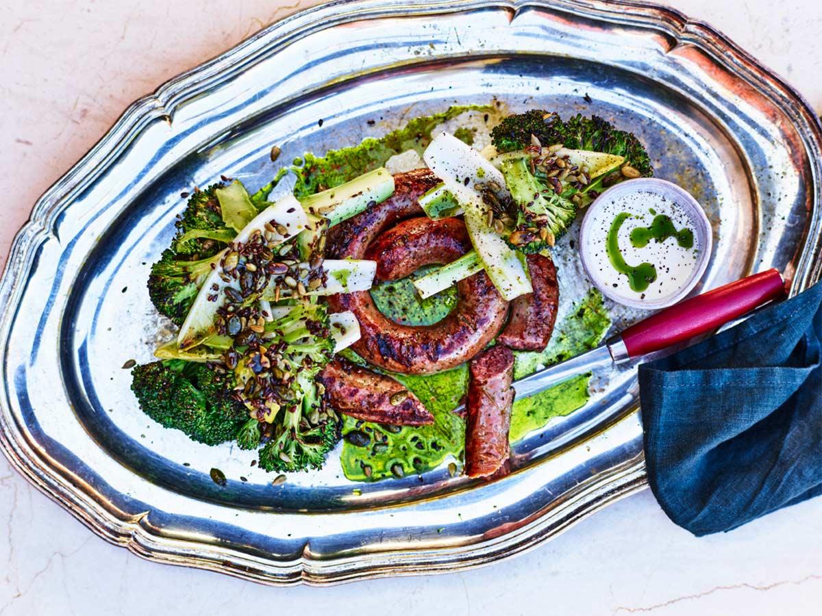 Grillrökt lammkorv med getostkräm, grillad broccoli och endive