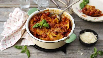 Gratäng med råkorvsfräs, färska tortellini, spenat och tomatsås