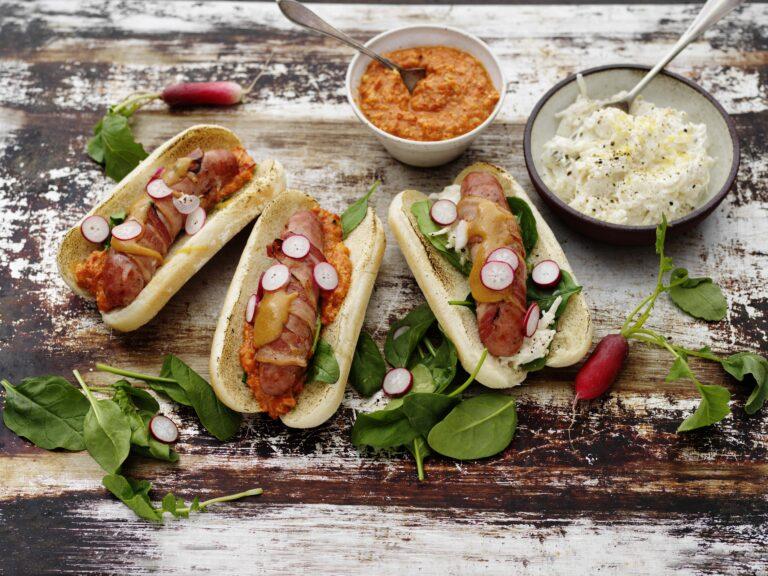 Baconlindad råkorv med bröd, romesco och sellerisallad