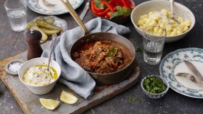 Gulasch med gnocchi och plockiga tillbehör