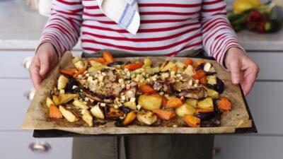 På plåten – fläskkotlett med crunch på äpple och pumpafrön med honungs och senapsrostade rotfrukter