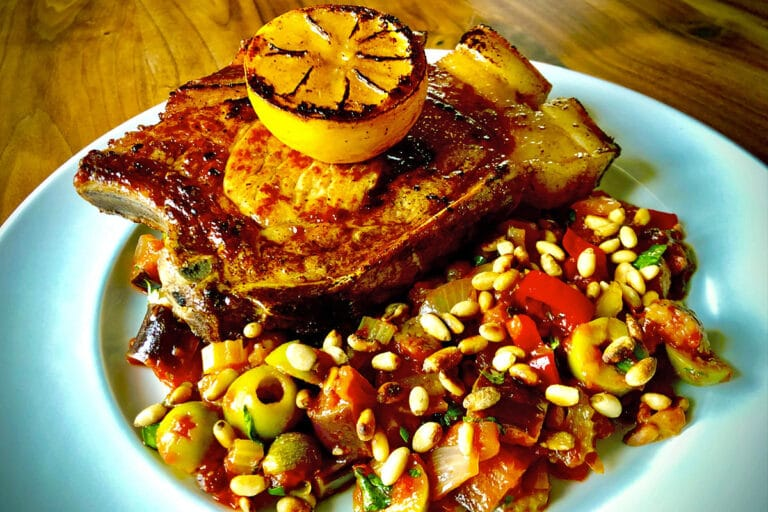 Fläskkotlett med lavendelhonung, grillad citron och caponata med rostade pinjenötter.