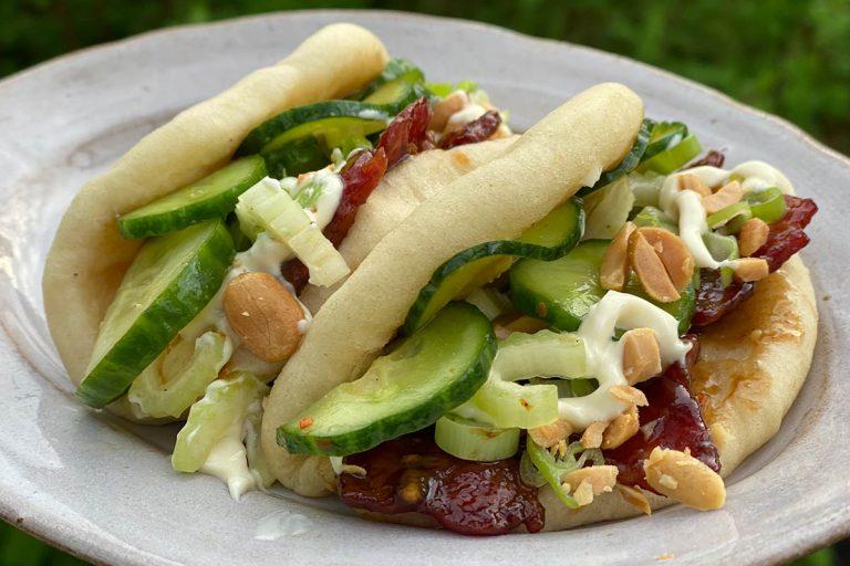 Bao med klibbigt sötsyrligt fläsk, nötter och picklad gurka
